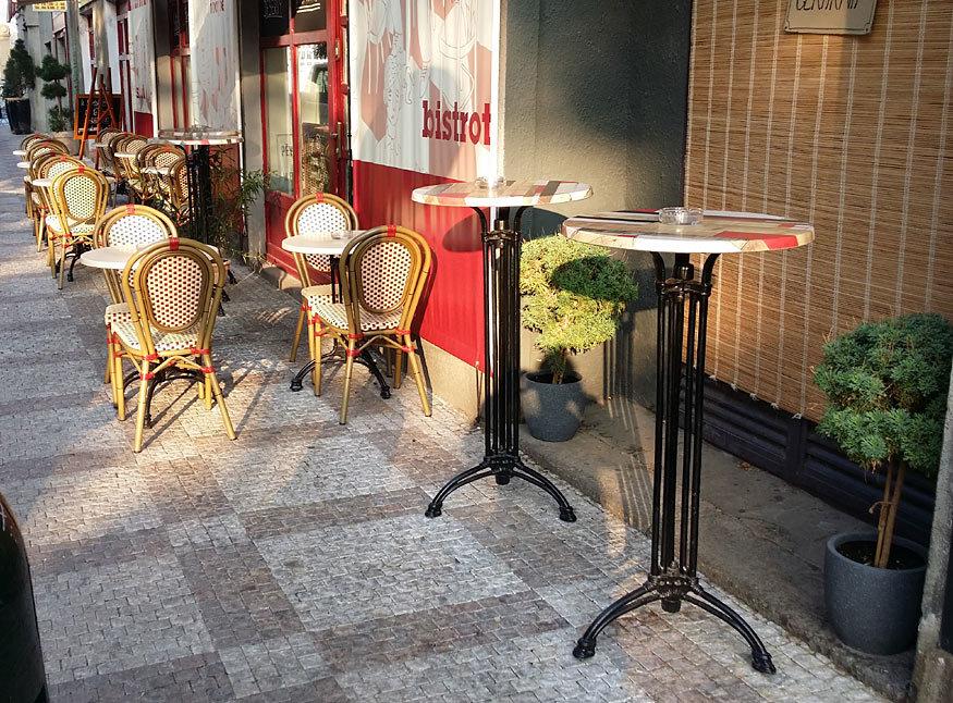 barové stoly Dominique 3RSM před kavárnou
