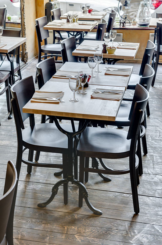 stoly s podnožemi Bistro Latéral a židle Manhattan Bois