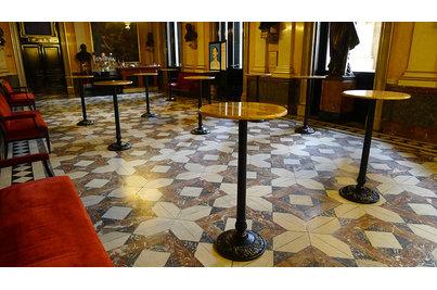 Národní divadlo - barové stoly v Národním divadle