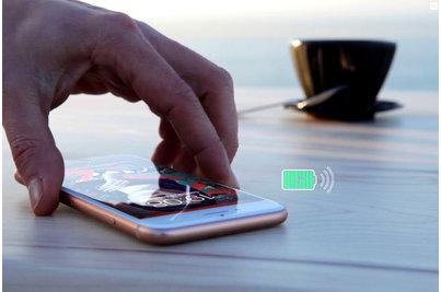 bezdrátové dobíjení integrované ve stolové desce