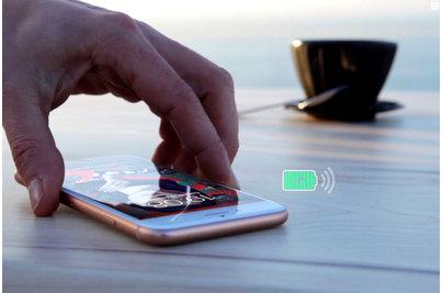 Bezdrátové nabíjecí stoly - bezdrátové nabíjení integrované do stolové desky