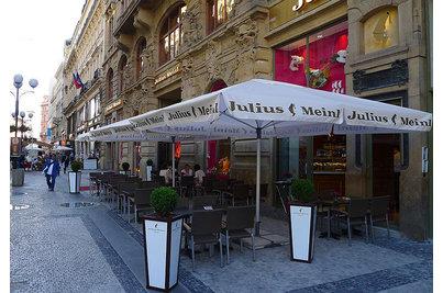 Julius Meinl Coffee - kavárna se slunečníky Braumeister s potiskem na volánu