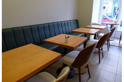 Kavárna a pekárna Les Kamarades - lavice DIVAN s proševem opěradla
