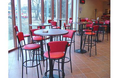 Na Groši Bowling Pizzerie - moderní snackové stoly a židle v herně Na Groši
