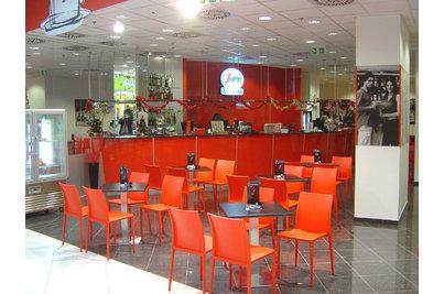 Un Caffé Per Amico! - pohled na kavárnu s barem