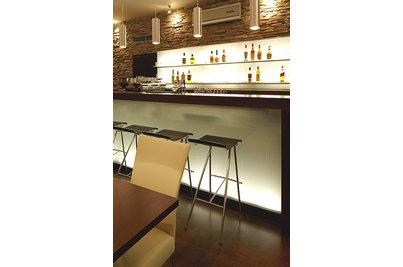 Café Restaurant Inspirace - prosvětlený bar s židlemi KO-ALA