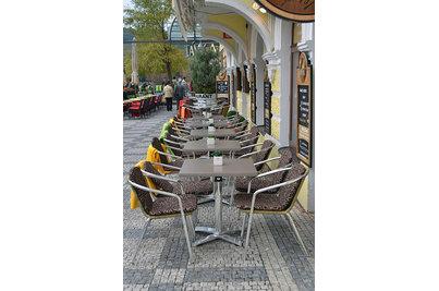 Restaurace U Karlova mostu, Praha 1 - sklápěcí stoly Avangard s deskou Zen Taupe