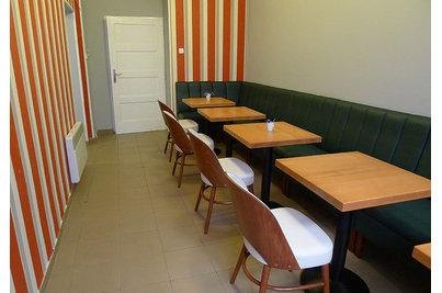 Kavárna a pekárna Les Kamarades - stoly 60x60cm s židlemi A-0048