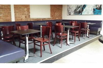 La Fabrika - stoly Avangard s deskami Tavilo v baru La Fabrika
