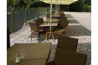 Restaurace Jureček Říčany - stoly s deskami SM FRANCE Factory