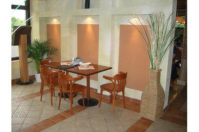 Pizzerie La Fontanella - stoly s dýhovanou nohou do barvy desky