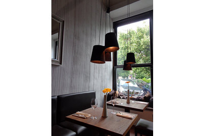 The Wine bar & Brasserie - stoly s lavicemi Dublin