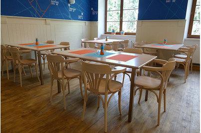 Café & Restaurant Avion air - stoly s oblíbenými židlemi model 024