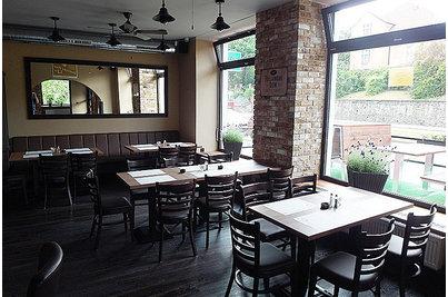 Restaurace U Sudů - stoly s židlemi 890 a podnoží Antique