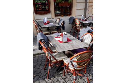 U Zlatých nůžek - stoly STABLE TABLE s kompaktními deskami v dekoru šedého dřeva