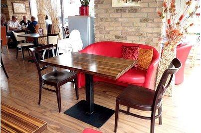 Café 22 Uhříněves - Stůl Flat 16QL židle 900 dvojsedačka Pedro