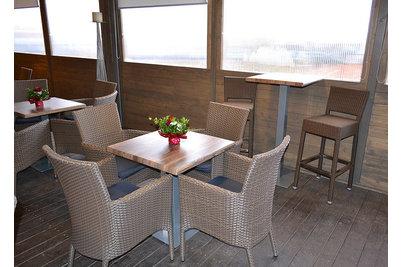 DOMYNO Burger - v pozadí snackový stůl s barovkami Mezza