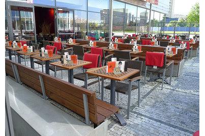 Café Arkadia - zahrádka Café Arkadia s židlemi  Cenon