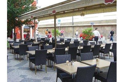 Restaurant Reykjavík - zahrádka s židlemi Vela