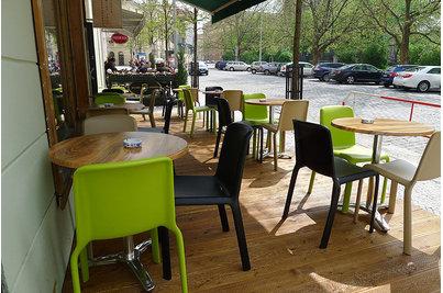 Restaurace Šťastný drak - židle Snow a stoly s deskou Boston pr. 70cm