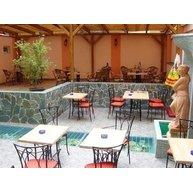 Atraktivní prostředí pizzerie Padova doplňuje kovaný nábytek a ratanový nábytek Antiqua