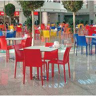 barevnost židlí oživuje interiér