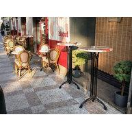 barové stoly s werzalitovou deskou před kavárnou