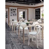 interiér s židlemi a stoly Drop