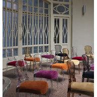 interiér se židlemi Queen s čalouněním