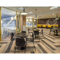 kavárna s židlemi Uni a Nassau
