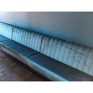 lavice Space v tyrkysovém sametu s prošíváním opěradla