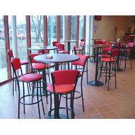 moderní snackové stoly a židle v herně Na Groši