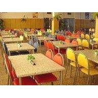 pestrobarevná skladba stolů a židlí pro školní jídelnu
