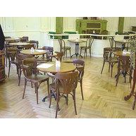 Působivé židle a stoly v kavárně Astra