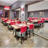 restaurace s podnožemi Pise a židlemi Floriane