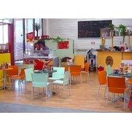 stoly s podnožemi BG3K v táborské kavárně Baumaxx