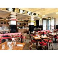 Židle 150 v londýnské kavárně na Trafalgar Square