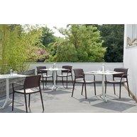 židle Ara na terase kavárny