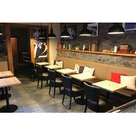 Židle Floriane a stoly Come 15 QLTD v kavárně Arest Café