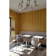 židle UNI a stoly Boxy 001 v Café Armani
