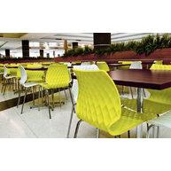 židle UNI v moderním food courtu